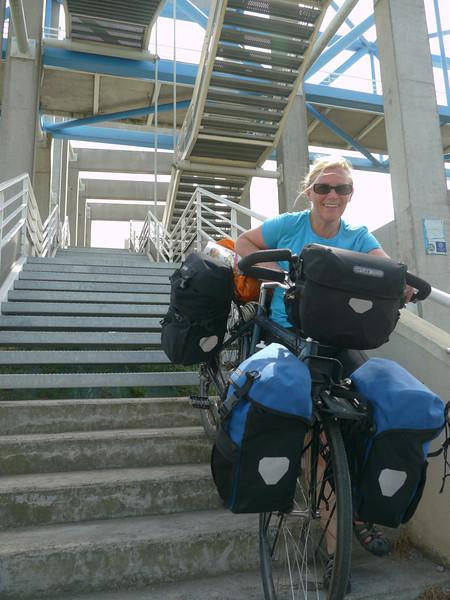 © RobAng 2011 - Velotour GB (Dorset-Devon-Cornwall). Es kann losgehen: Via Pont de Normandie vom Camping/Autoparkplatz ausserhalb Honfleur zum Fährhafen in Le Havre. Haute-Normandie, Fiquefleur-Équainville, Höhe 20 m