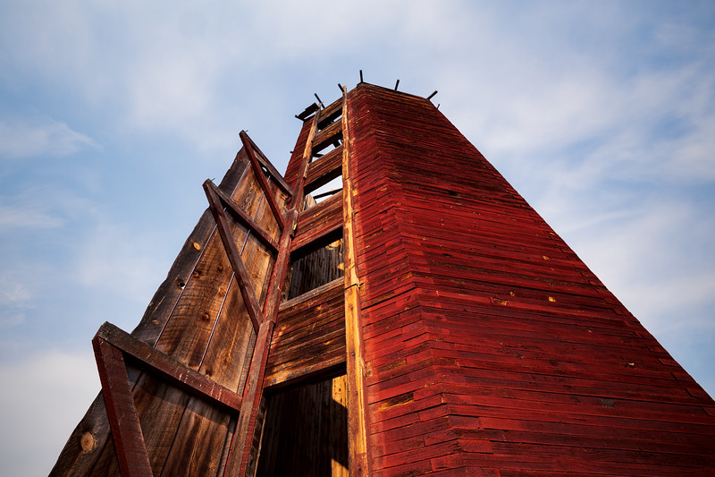 Methow, Winthrop - Looking up at abandoned grain silo