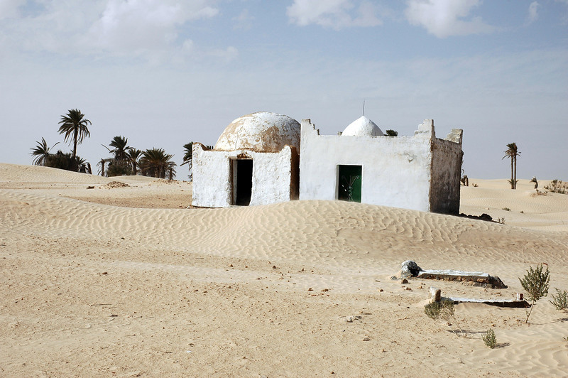 Small mosque and tombs in the Zaafrane oasis, Tunisia