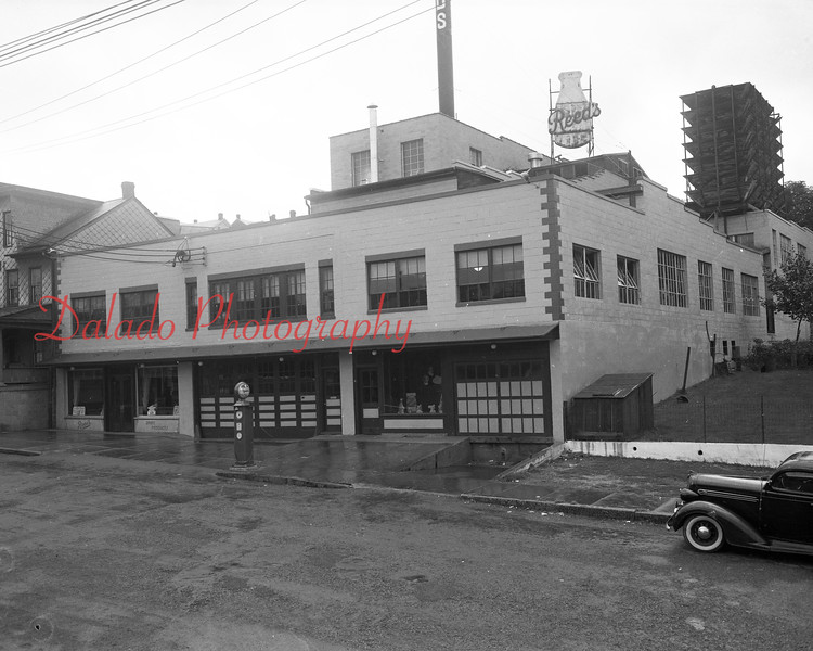 (1951) Reed's at First and Chestnut streets.