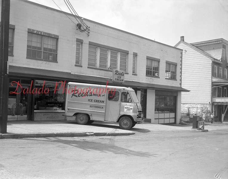 (1964) Reed's at First and Chestnut streets.