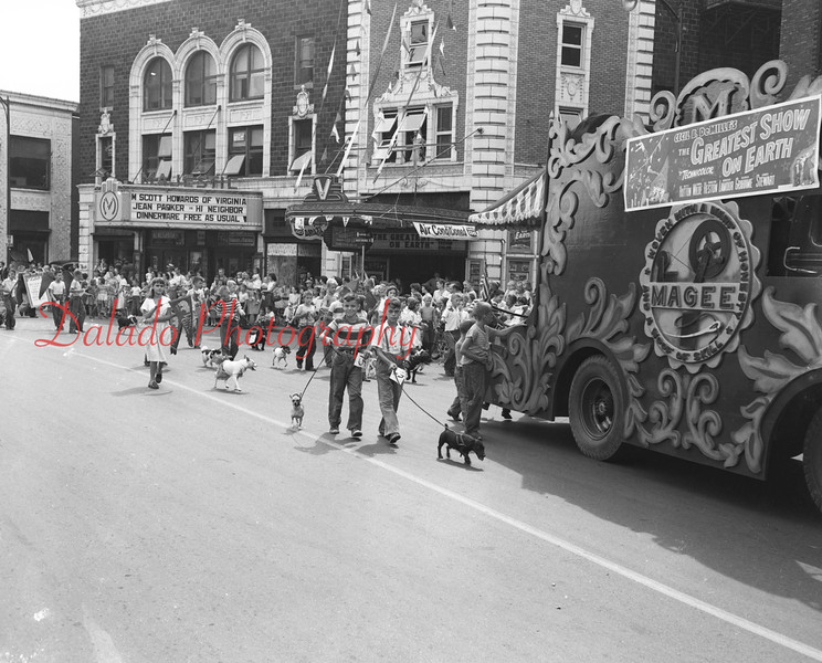 (1956) Pet Parade passing the Majestic and Vickey.