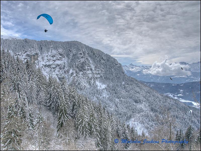 Snow Scene with Parapenter / Parapenter au  dessus de Sommand