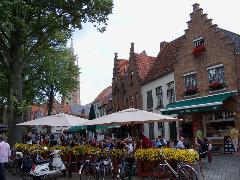 there are many small squares with outdoor dining