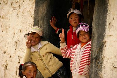 ילדים בתנוחת צילום אופינית