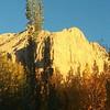 Осень подчеркивает мягкое золото окрестных гор в лучах заходящего солнца.