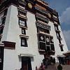 Потала. А это - балкон в здании Поталы с которого Далай Ламы смотрели ритуальные танцы монахов во время фестиваля Римду
