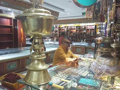 На рынке возле монастыря Джоканг сегодня было много монахов - кто в тарелки бил.. выбирал, кто в раковину дул, кто барабан дамаск пробовал. А этот монах только тихо смотрел на что-то и с продавцом разговаривал.