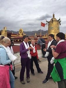Сегодня меняли одежды статуе Будды Шакьямуни. Поэтому не пускали к нему близко. Но мы решили все же попросить пустить нас. И помог какой-то местный пожилой улыбающийся монах. Он замолвил за нас словечко и всех пропустили прямо во внутренний храм Будды. А когда мы совершали кору вокруг него, то другие монахи каждому из нас подарили хадаки, освещенные Буддой и объяснили, что это сильное благословение на всю жизнь! Все совсем не ожидали такого высокого подарка - мы были счастливы и поражены!