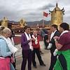 Сегодня меняли одежды статуе Будды Шакьямуни. Поэтому не пускали к нему близко. Но мы решили все же попросить пустить нас. И помог какой-то местный пожилой улыбающийся монах. Он замолвил за нас словечко и всех пропустили прямо во внутренний храм Будды. А когда мы совершали кору вокруг него, то другие монахи каждому из нас подарили хадаки, освещенные Буддой и объяснили, что это сильное благословение на всю жизнь!<br /> Все совсем не ожидали такого высокого подарка - мы были счастливы и поражены!