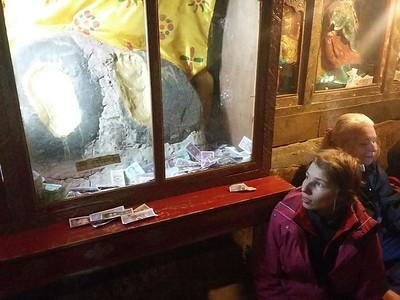 Монастырь Драк Йерпа. Отпечатки в камне стоп Гуру Ринпоче в пещере, где он медитировал.