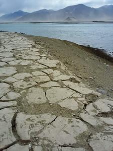 Ушла вода. Земля потрескалась.