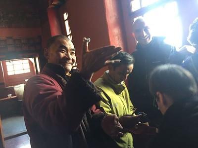 Драк Йерпа. Это наш любимый монах в монастыре гуру Ринпоче рассматривает перстень.