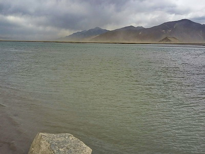Земля тибетская древняя. На берегу Брахмапутры.