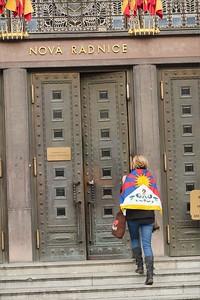 Aktivisté na radnici Hl. města Prahy - Vlajka pro Tibet