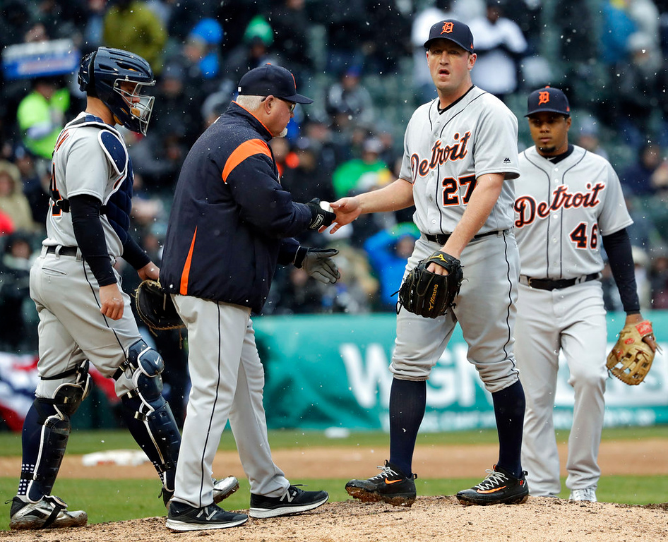 . Detroit Tigers manager Ron Gardenhire removes starting pitcher Jordan Zimmermann during the fifth inning of the team\'s baseball game against the Chicago White Sox, Thursday, April 5, 2018, in Chicago. (AP Photo/Nam Y. Huh)