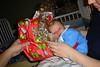 Tim packt Omas Geschenk aus