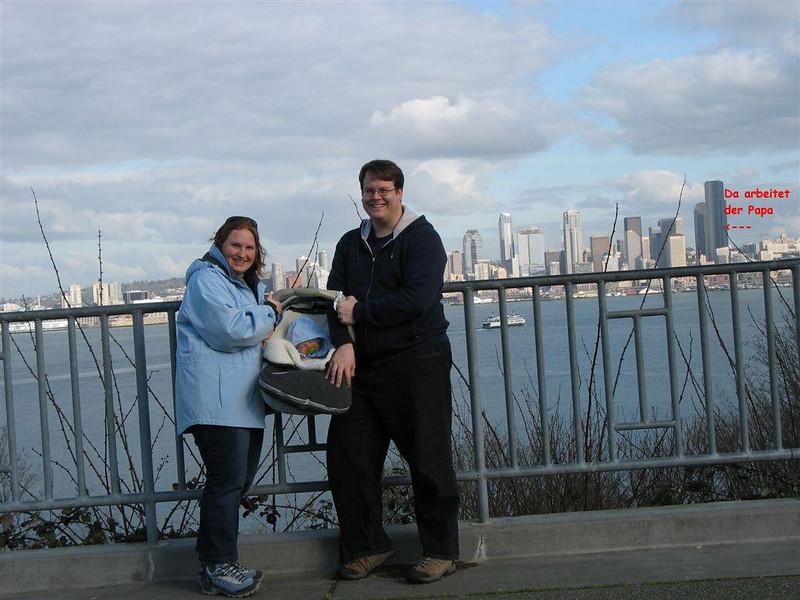Familie vor Seattle Skyline