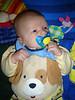 Schnuller-Baby mit Hundelatz