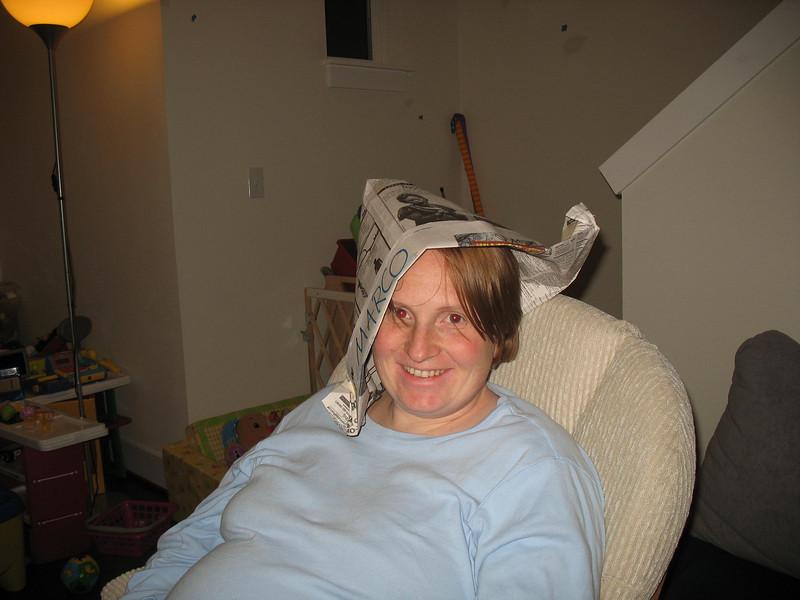 Mama mit Papierhut
