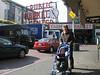 Oma Carola und Timmy vor dem Pike Place Schild