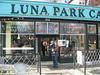 Carola und Tim vor Luna Park Cafe