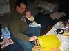 Marco und Tim beim Paketöffnen