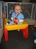 Tim hat sich in seinen Spieltisch gesetzt