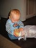 Tim spielt mit Brot