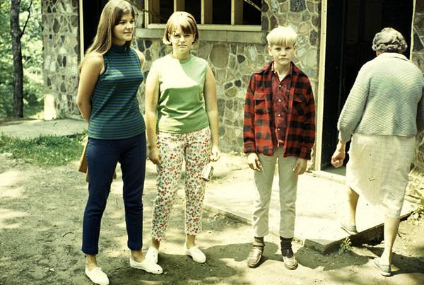 19670601_linda_kathy_rennie