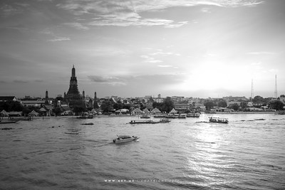 Sunset at Wat Arun, Cityscape of Thonburi and Chao Phraya River view from the Sala Arun Hotel