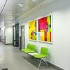 Sitteplass ved arbeidsstasjon i sengetun i fløy B. Innkjøpt kunst på vegg - kunstner: Sigrid Szetu