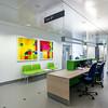 Arbeidsstasjon i sengetun i fløy B. Innkjøpt kunst på vegg - kunstner: Sigrid Szetu