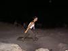 Fremde Frau läuft im Dunkelns durchs Bild.