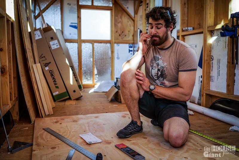 Round Window Framing & Sheathing Read more here: http://tinyhousegiantjourney.com/2014/01/05/round-window-framing-sheathing/ Follow us here: www.facebook.com/tinyhousegiantjourney
