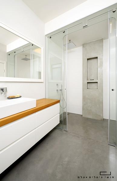 מקלחת בבית  בהוד השרון. אדריכלות: איילת שמש, נגרות: מוטי לטי, בטון: פלס בטון