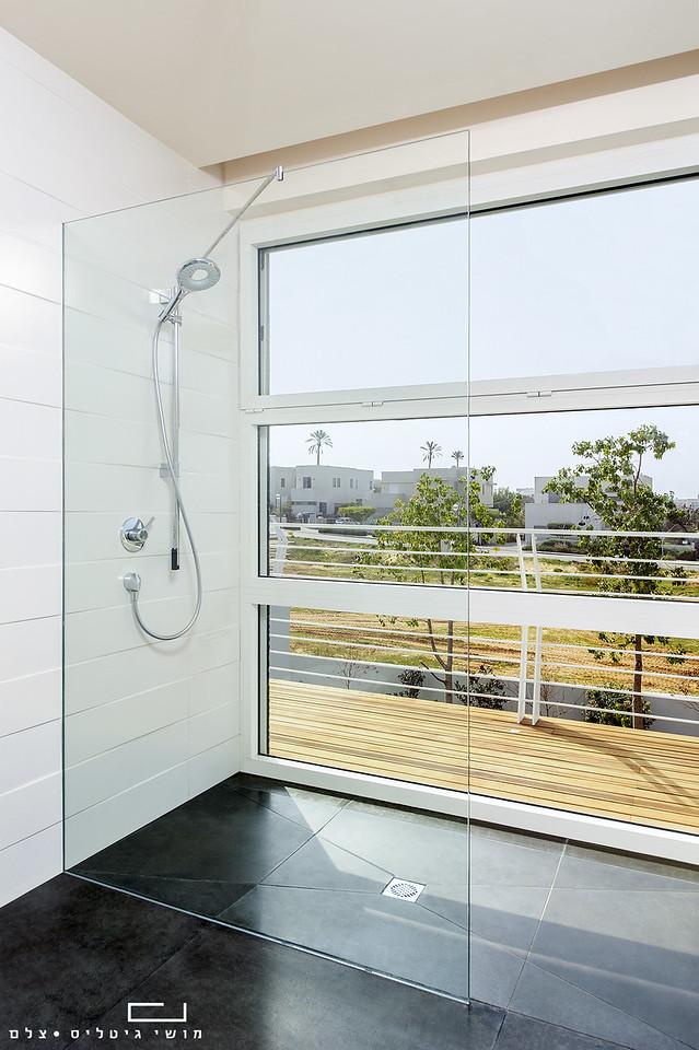 מקלחת בבית בקיסריה. אדריכלות: וי-סטודיו אדריכלים. זכוכית: פרפקטו