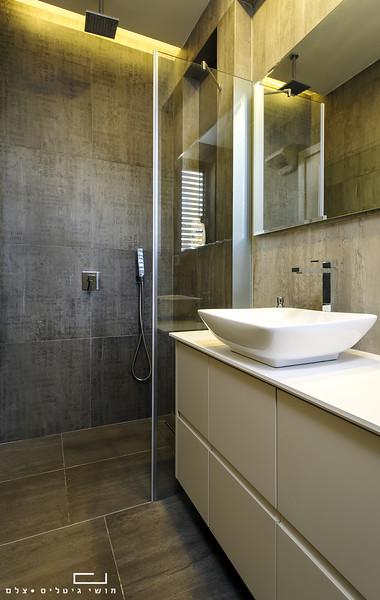 מקלחת בבית בהוד השרון. אדריכלות: אודי מנדלסון