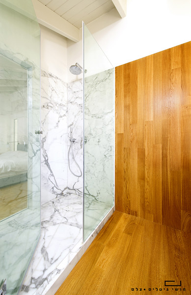 מקלחת בבית בגבעת חיים איחוד. זכוכית: פרפקטו