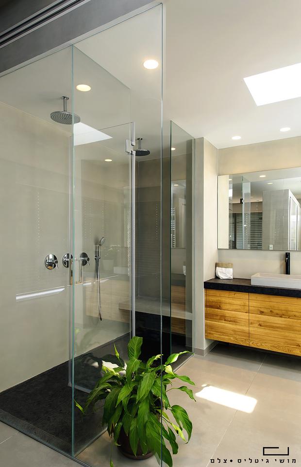 מקלחת בבית בבית ינאי. זכוכית: פרפקטו