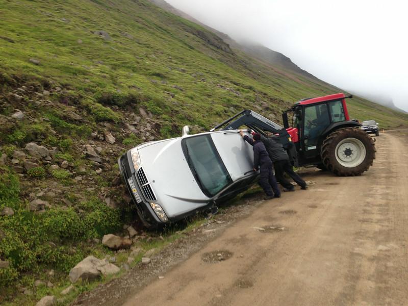 Þessi sjón mætti okkur á leiðinni í Trékyllisvík. Vegurinn var vissulega ekki góður, en sennilega hefur þessi ökumaður farið eitthvað ógætilega.