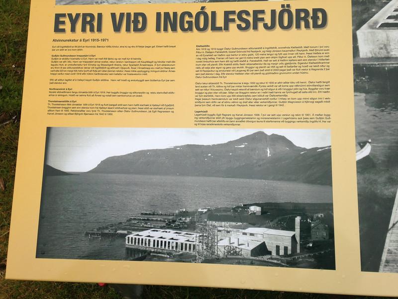 Upplýsingaskilti um Eyri við Ingólfsfjörð og verksmiðjuna sem reist var þar.