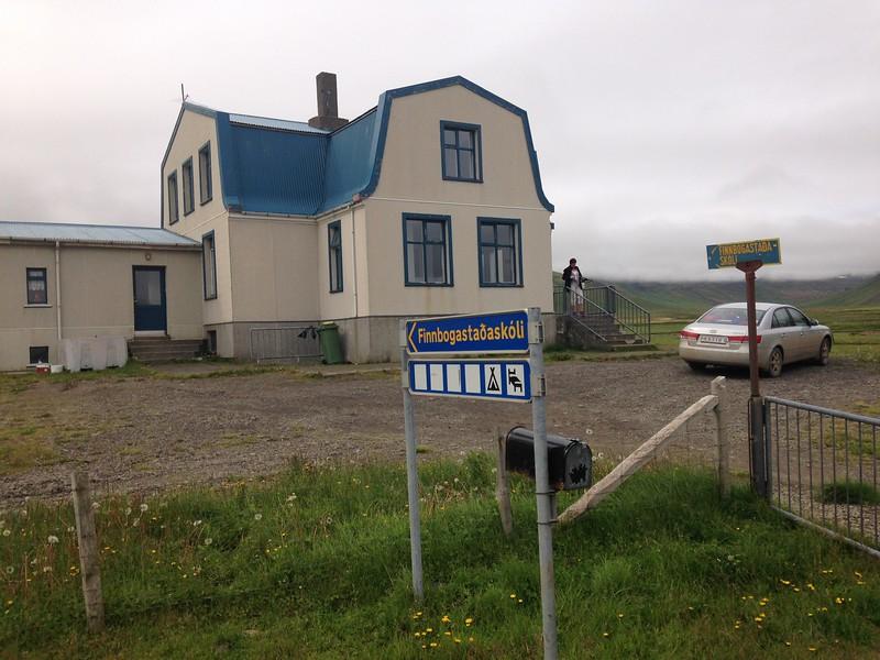 Finnbogastaðaskóli sem reistur var á landi Finnbogastaða. Bærinn Finnbogastaðir, þar sem Þóra Jensína ólst upp, er vinstra meginn við skólann, en ekki í mynd. Mig minnir að gamla húsið hafa brunnið 2012 en nýtískulegra hús var komið í staðinn. Skólahúsið var byggt 1933 og viðbyggingin 1952.