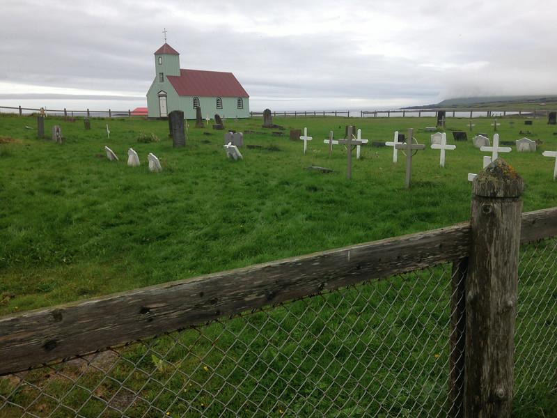 Gamla kirkjan í Árnesi og kirkjugarðurinn þar sem Benedikt Sæmundsson, á Finnbogastöðum, afi Þóru Jensínu er jarðaður.