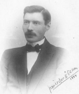 Helgi Guðmundsson. Myndin er tekin á dánarári Þóru Jensínu, en Helgi var þá 42 ára gamall.