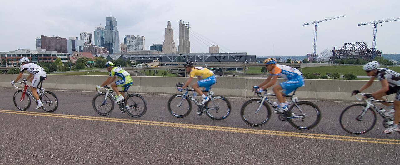 Lap #2 - Stupid motion blur!!! Would have been nice with a sharp skyline AND sharp riders. Oh well.