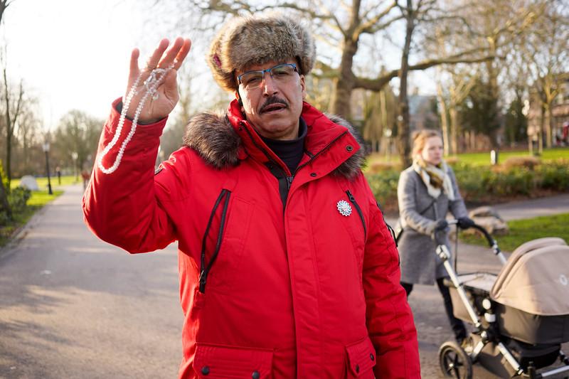 Nederland, Amsterdam,  , 09-01-2019, <br /> <br /> Mohamed is  altijd boos op mij.<br /> Omdat ik hem geen foto's  mail.  <br /> Wat ik wel doe.<br /> Hij pakt zijn smartphone om zijn gelijk te bewijzen.<br /> De laatste week heeft hij 1100 mailtjes uit de hele wereld  gekregen van allerlei Svetlana's en Soraya's. Logisch dat die van mij, met alleen maar een link, van de aardbodem verdwenen zijn. <br /> <br /> foto Katrien Mulder