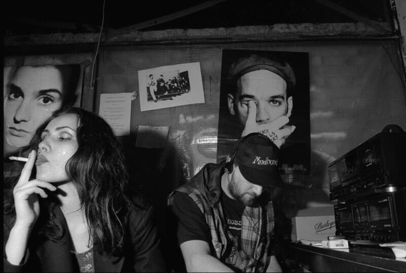 Sarajevo, februari 1995, <br /> <br /> In donkere stampvolle zaaltjes draaide het nachtelijke muziekleven op volle toeren,  als fuckgebaar tegen de jarenlange idiote belegering. Foto: Katrien Mulder