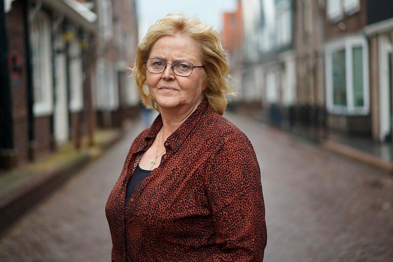 Nederland, Volendam, Tiny Tol van 'Moedige Moeders' 09-2019, <br /> <br /> <br /> In Volendam  is de verslavingsproblematiek  ernstiger dan in de rest van het land. Nu  is er de Stichting 'Moedige Moeders', die probeert een mentaliteitsverandering bij jongeren van de grond te krijgen. Valt nietmee, want je bent al gauw een slome nerd als je geen coke gebruikt. Tiny, een van de kopstukken van de stichting is fel tegenstandster van legalizering van  drugs. Ze ergert zich blauw aan de gemakzuchtige redeneringen van voorstanders en de genante lachsalvo's in de tweede Kamer na de kokette  ik-ben-een-looser-want- heb-nooit-gebruikt opmerking van Jesse Klaver.foto: Katrien Mulder