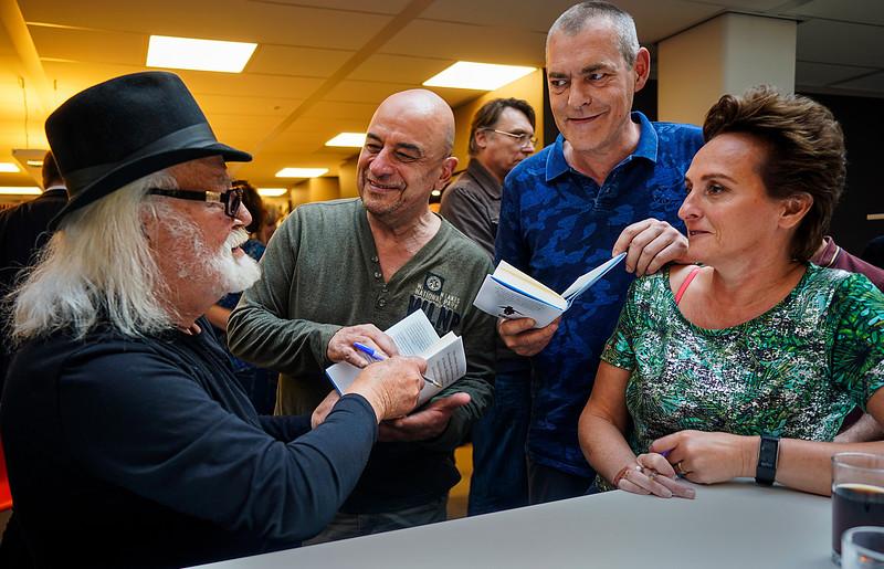 Nederland, Amsterdam, 23-05-2019,  Baruch Kojocaru (l) en Barbara Bulten (r) signeren hun boek 'De oorlog in mij' bij uitgeverij Ambo Anthos   Anthos, foto: Katrien Mulder